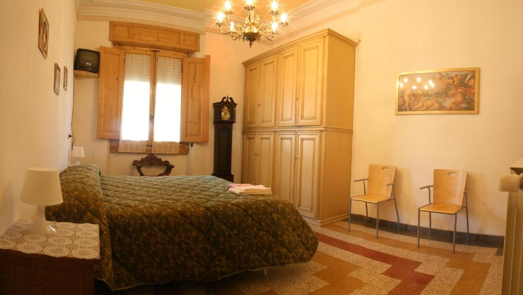 A bed or beds in a room at A Beautiful Florence B&B