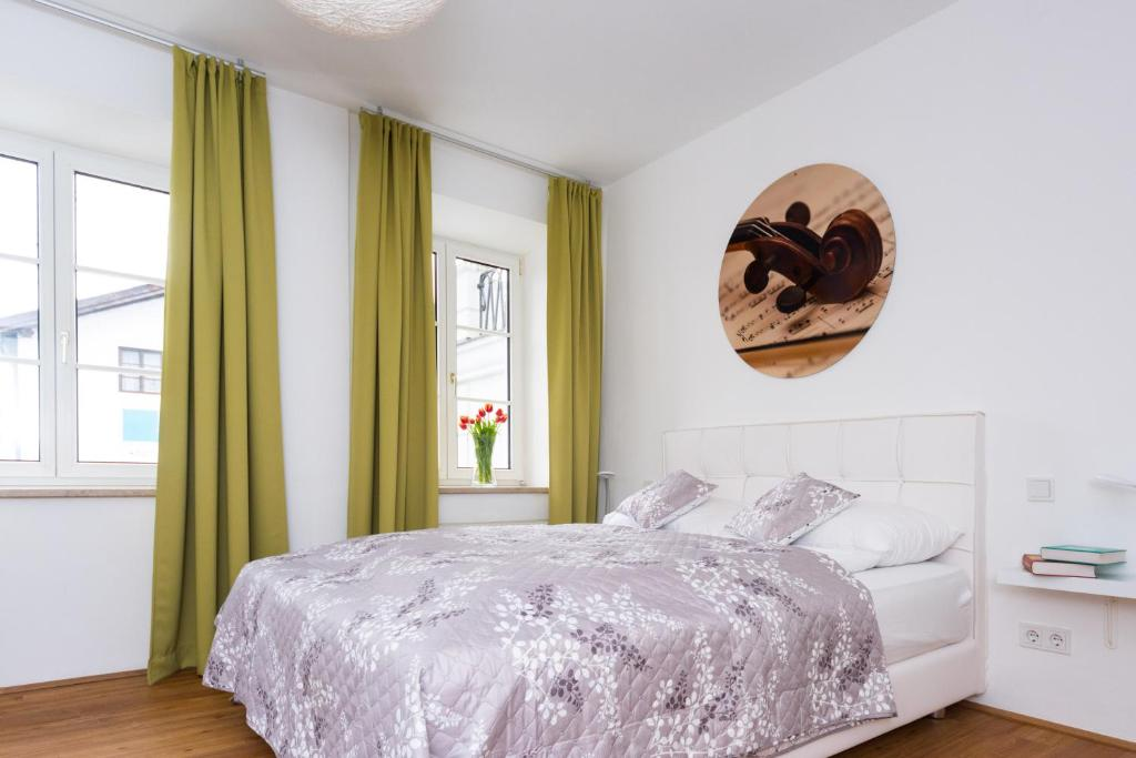 A bed or beds in a room at Amedeo Zotti Residence Salzburg