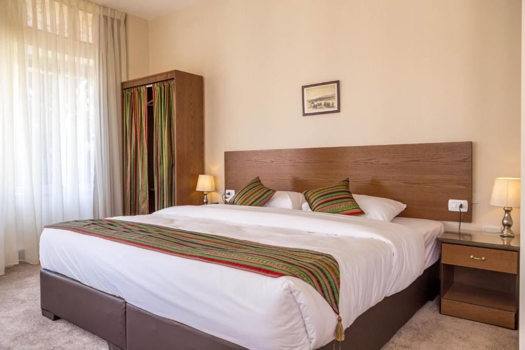 A bed or beds in a room at Antika Amman Hotel