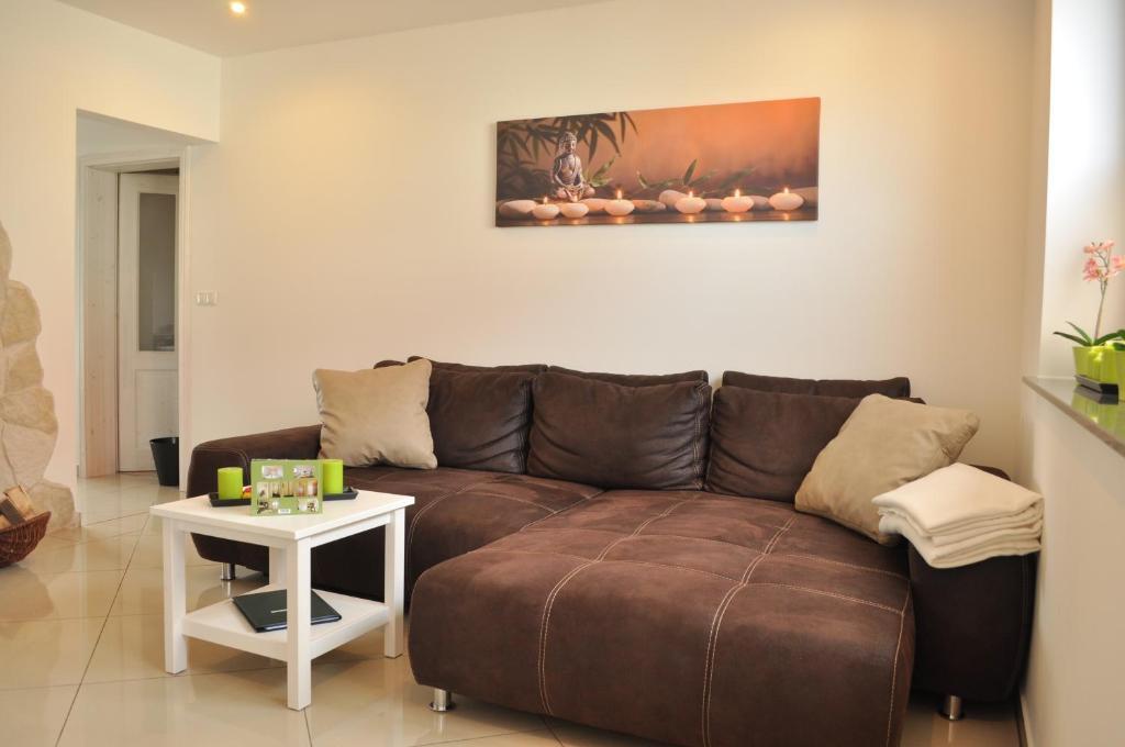 Ein Sitzbereich in der Unterkunft Ferienwohnungen Gehlberg