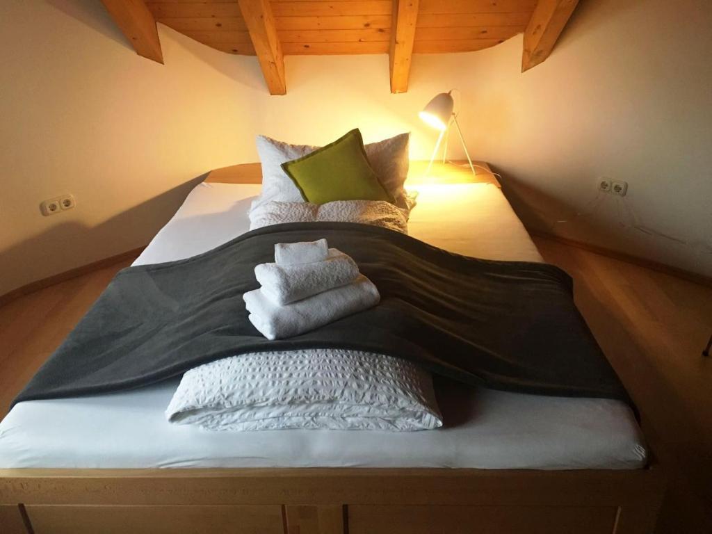 Ein Bett oder Betten in einem Zimmer der Unterkunft Scherauer Hof