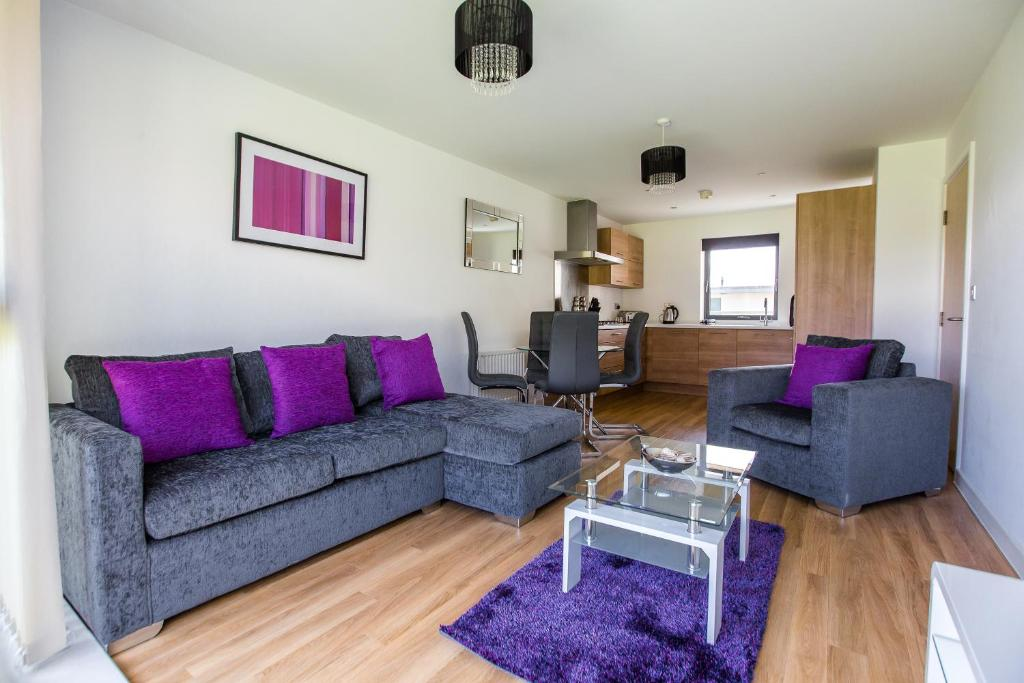 A seating area at ✪ Ideal Brentwood ✪ Serviced Rollason Apartments - 2 Bed Perfect for Town Centre/TFL/Tilbury Port/A12/A13