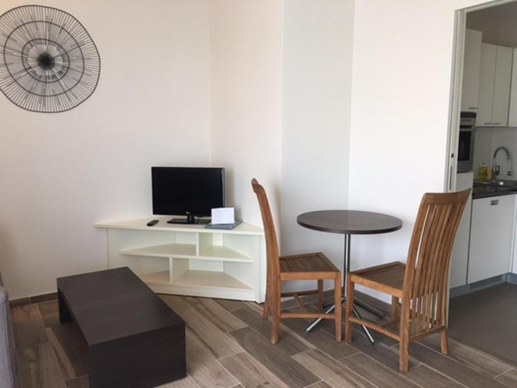 A television and/or entertainment centre at Arthur Properties Bel Air