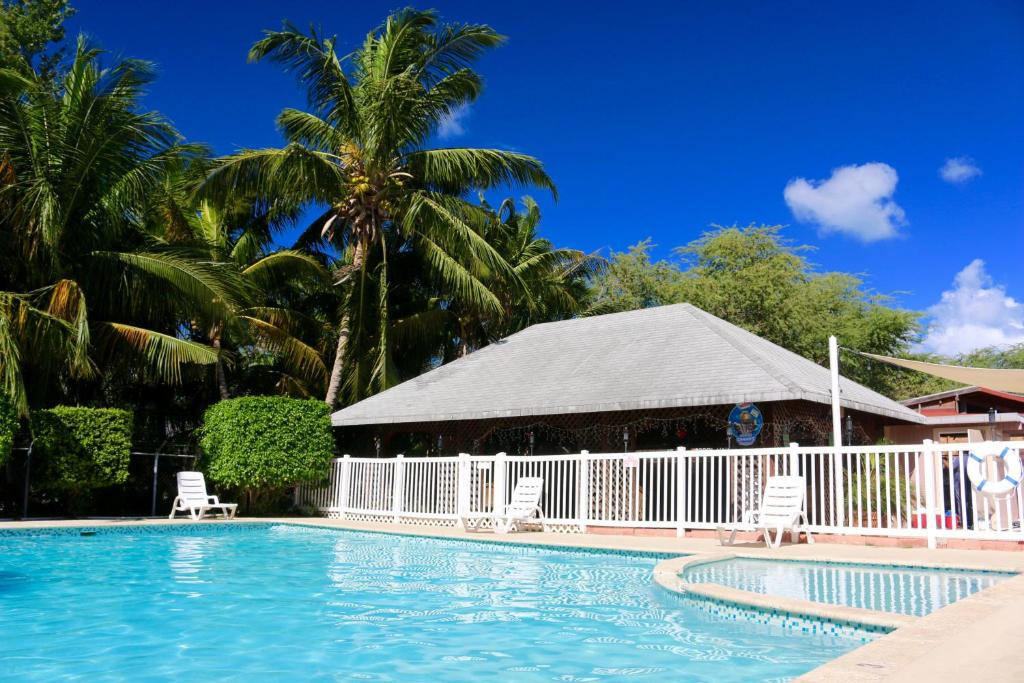 The swimming pool at or close to Combate Beach Resort