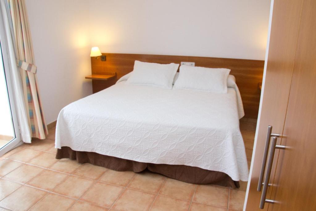 เตียงในห้องที่ Vehí