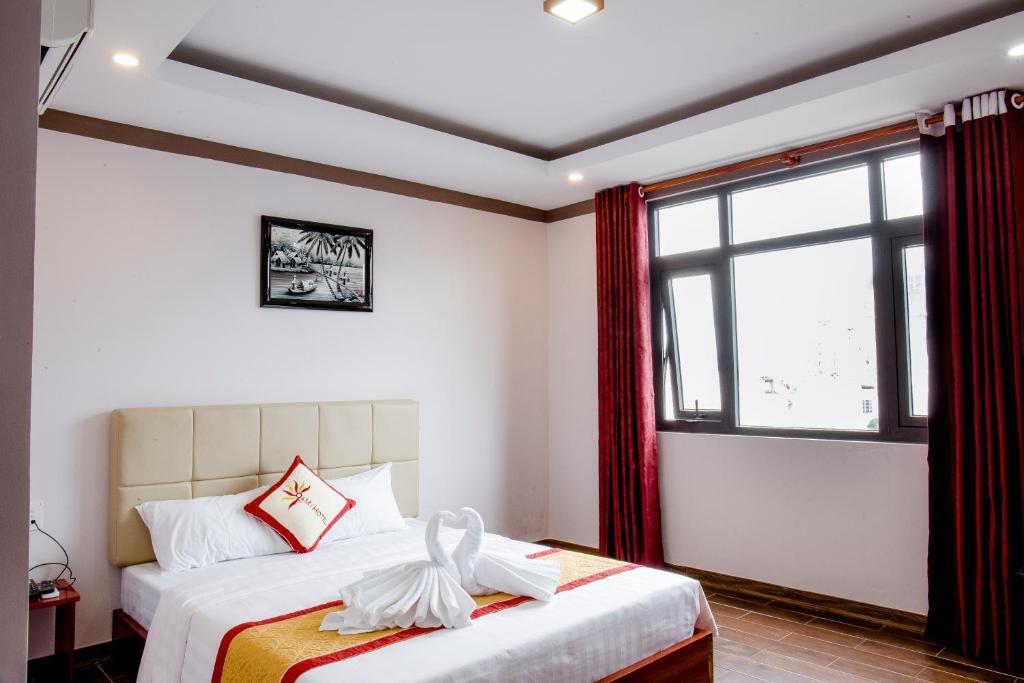 Giường trong phòng chung tại QaMi Hotel