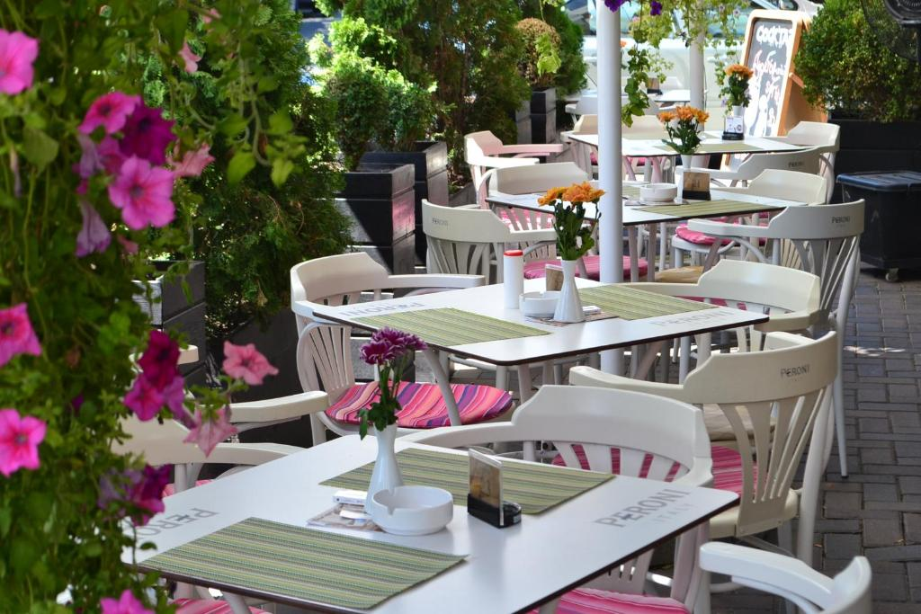 A restaurant or other place to eat at Hotel Les Jardins Carol