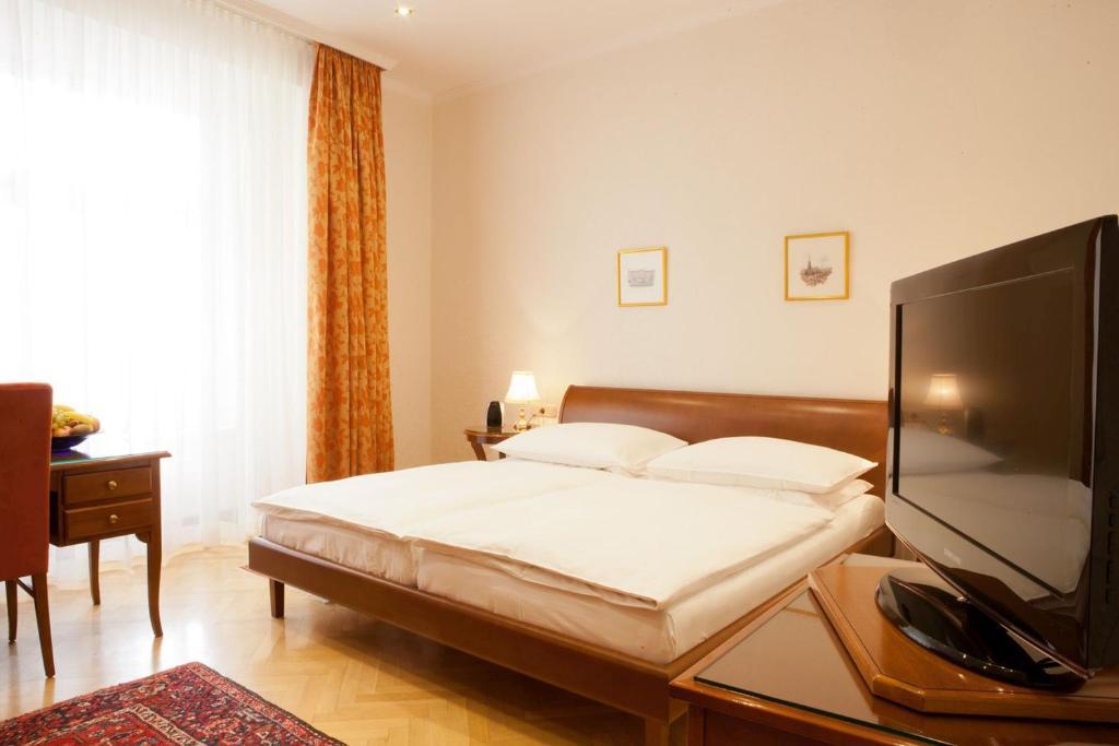 Een bed of bedden in een kamer bij Hotel Kaiserin Elisabeth