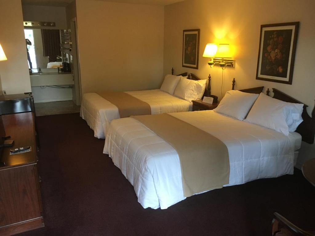 A bed or beds in a room at Alpine Lodge