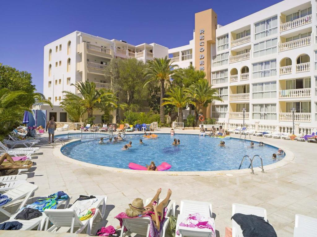 The swimming pool at or near Aparthotel Reco des Sol