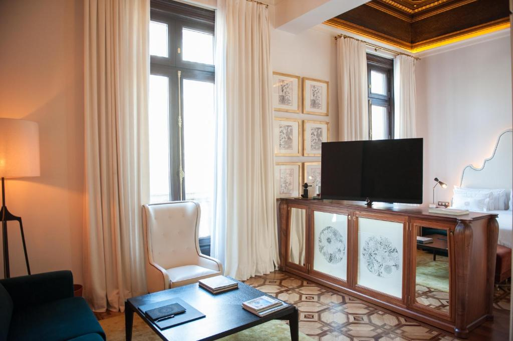 A television and/or entertainment center at Cotton House Hotel, Autograph Collection