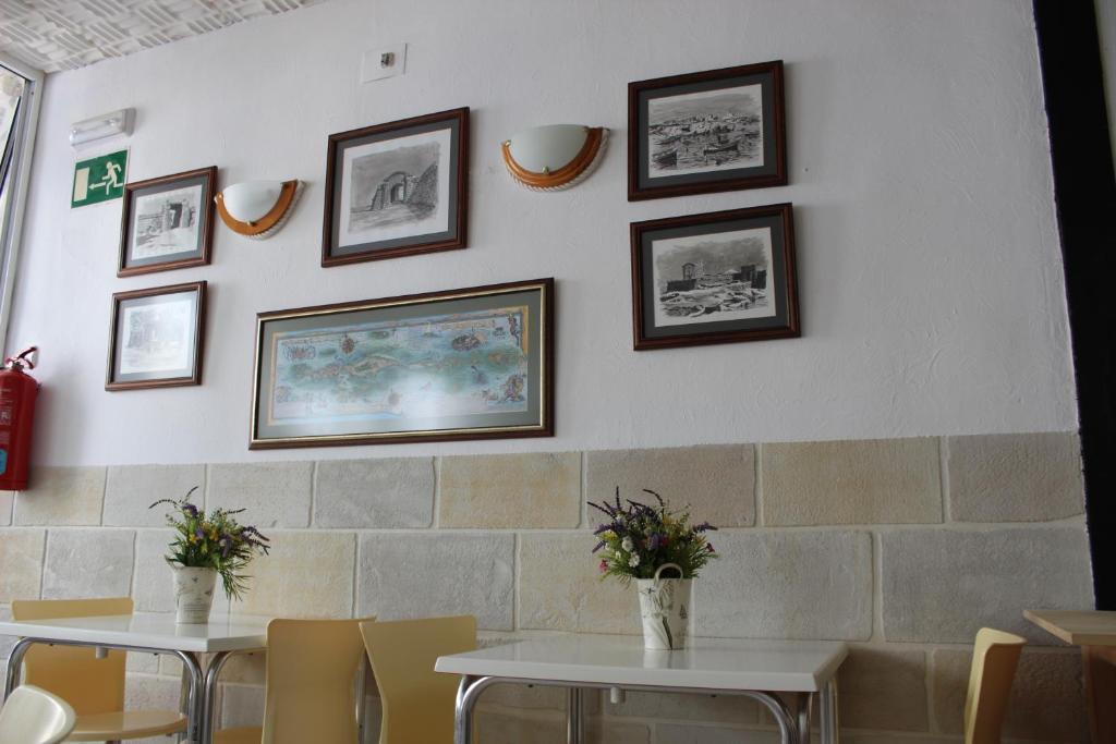 Un restaurante o sitio para comer en Hostal Masin
