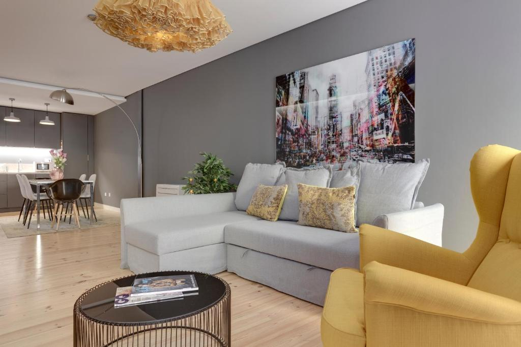 A seating area at City Stays Bica Apartments
