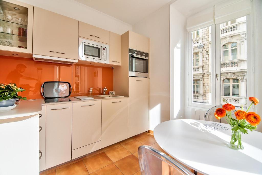 A kitchen or kitchenette at L'Olivette