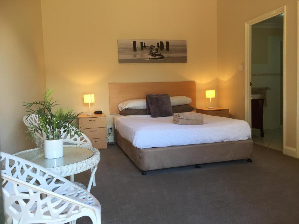A bed or beds in a room at The Nosh & Nod - Howick Street