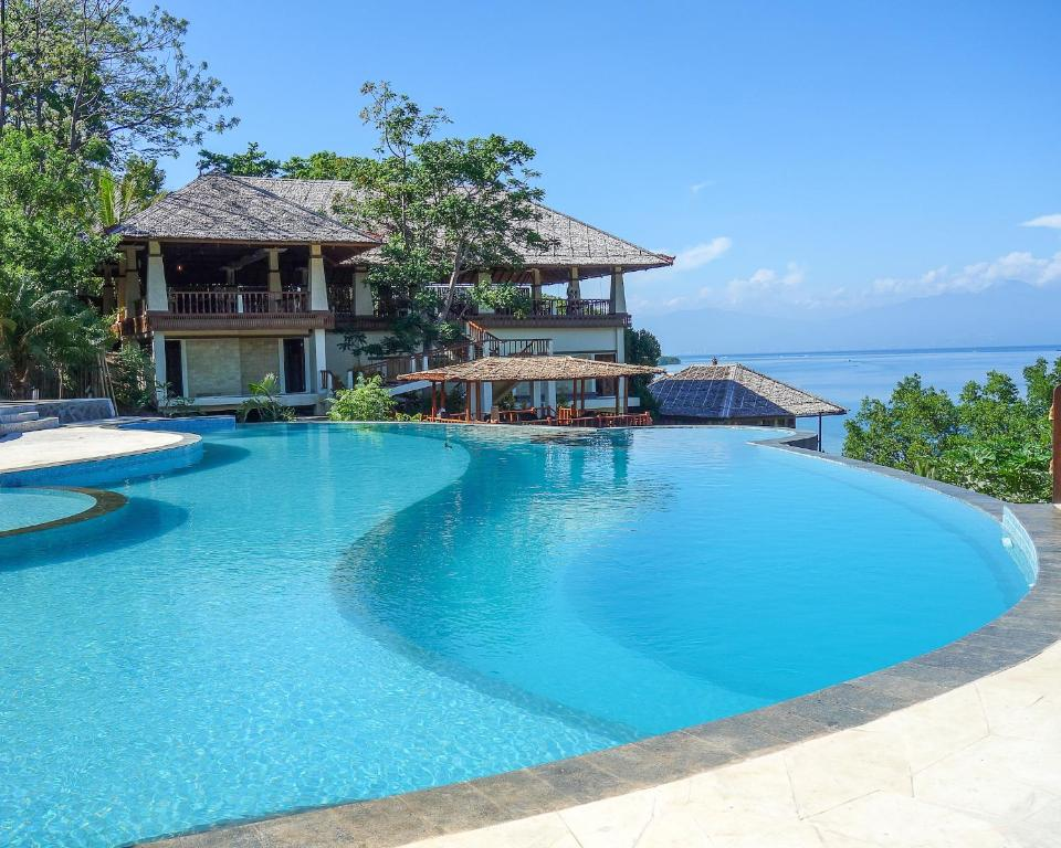 The swimming pool at or close to Bunaken Oasis Dive Resort and Spa