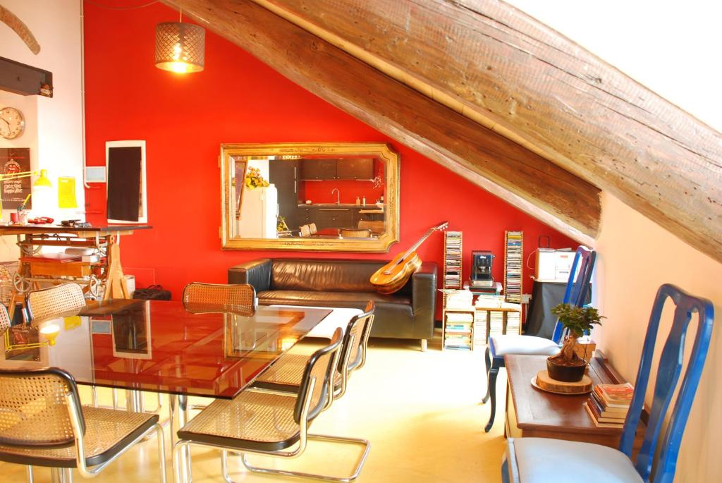 A restaurant or other place to eat at Attic Hostel Torino
