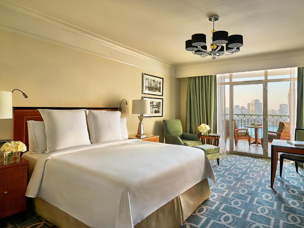 سرير أو أسرّة في غرفة في فندق فورسيزونز القاهرة نايل بلازا