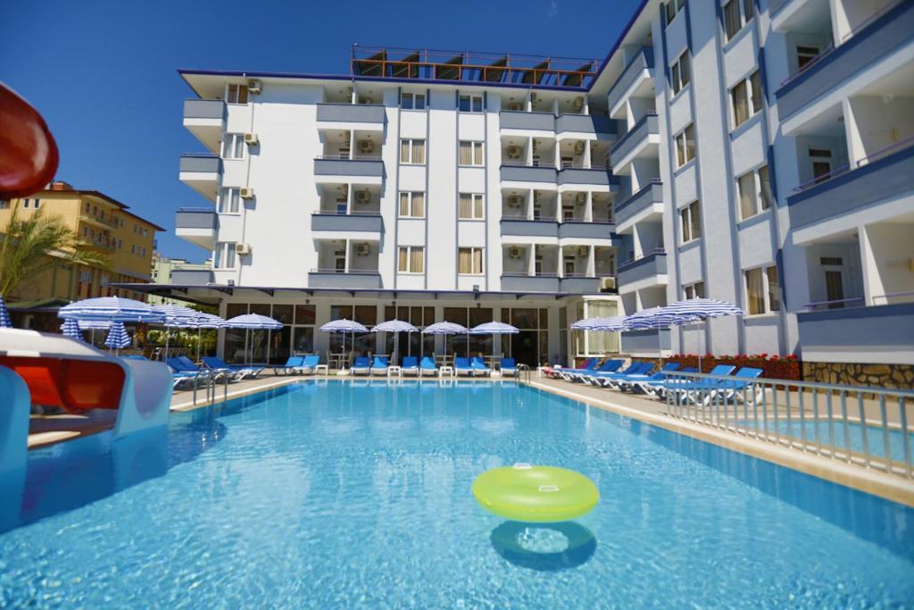 Бассейн в Enki Hotel или поблизости