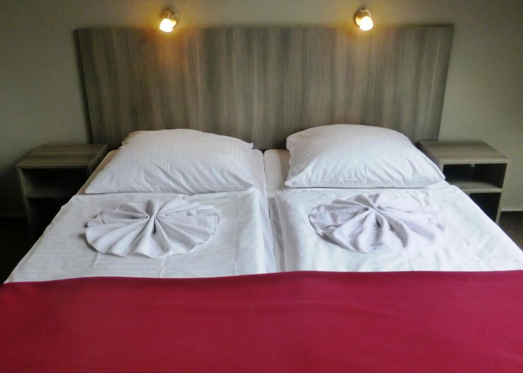 A bed or beds in a room at Hotel Rehberge Berlin Mitte