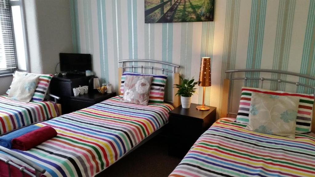 A bed or beds in a room at Londontravel Guest House