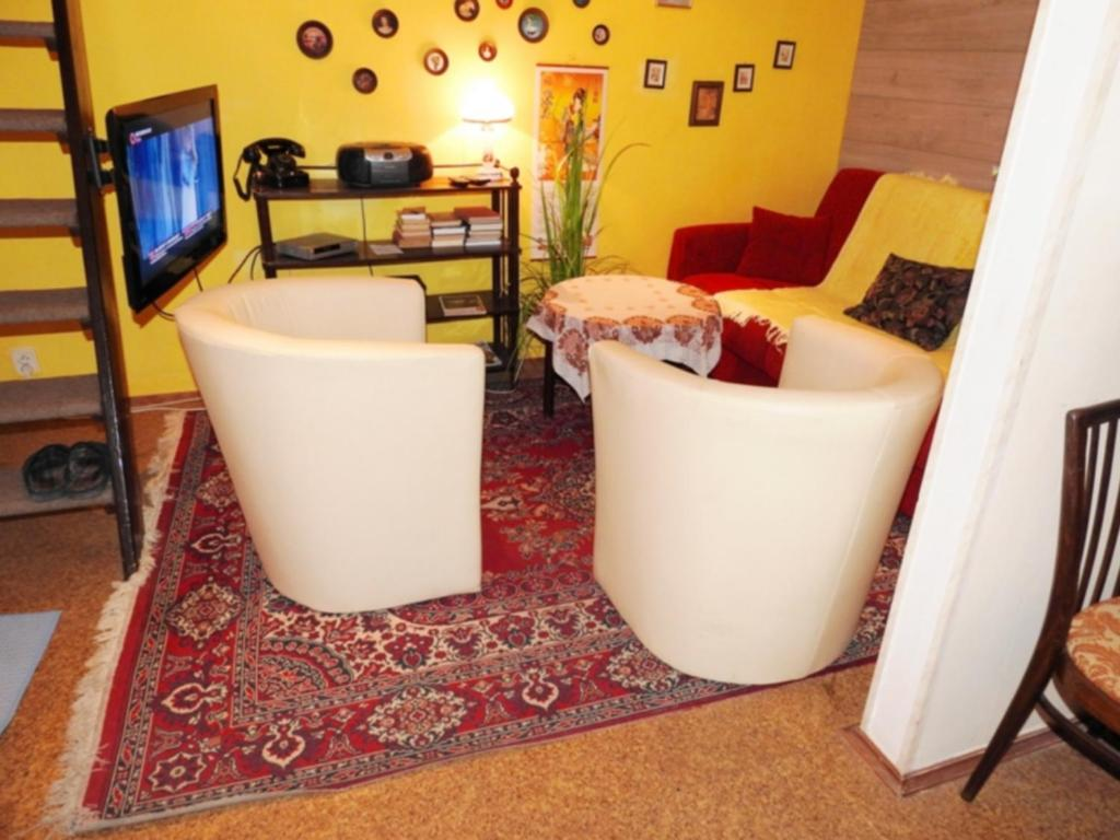 Uma área de estar em ACE Apartment