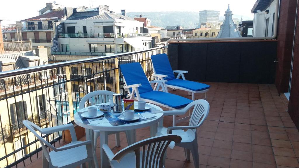 Un restaurante o sitio para comer en Larramendi Terrace Apartment