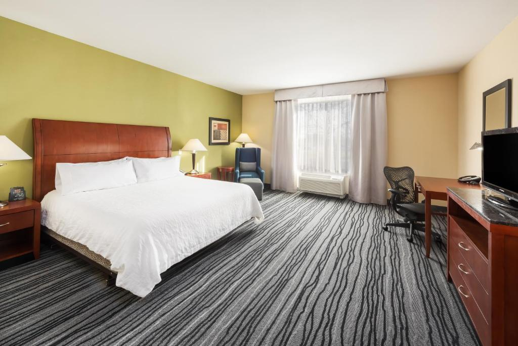 A bed or beds in a room at Hilton Garden Inn St. Louis Shiloh/O'Fallon IL