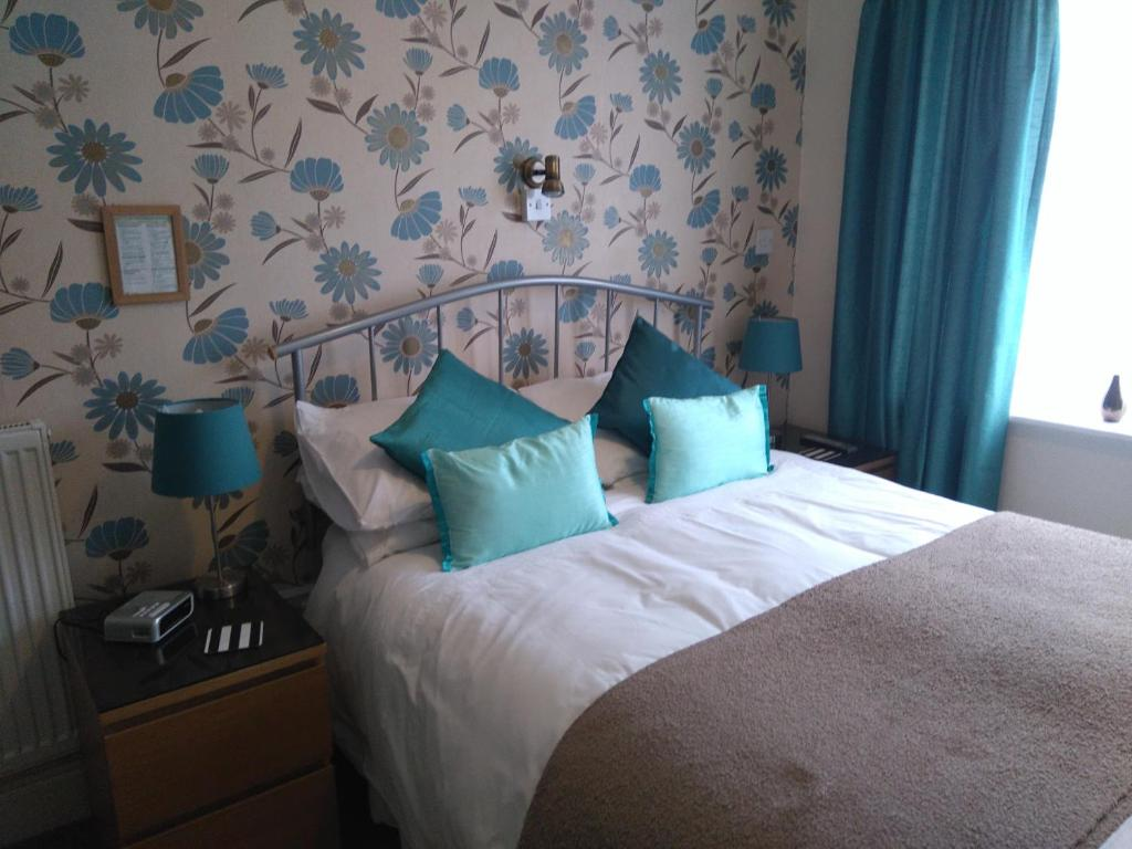A bed or beds in a room at Ellan Vannin Guest House