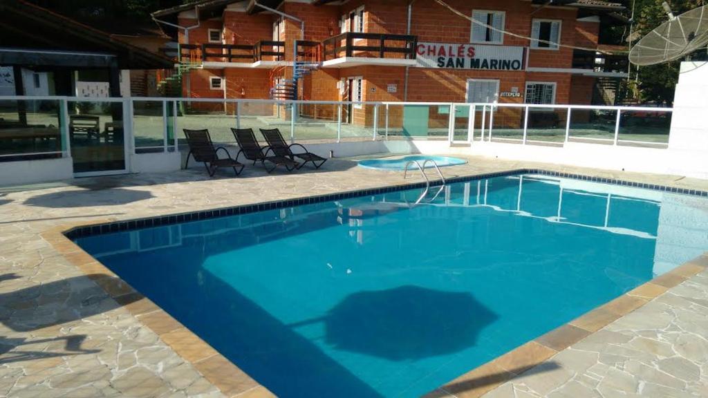 A piscina localizada em Chalés San Marino ou nos arredores