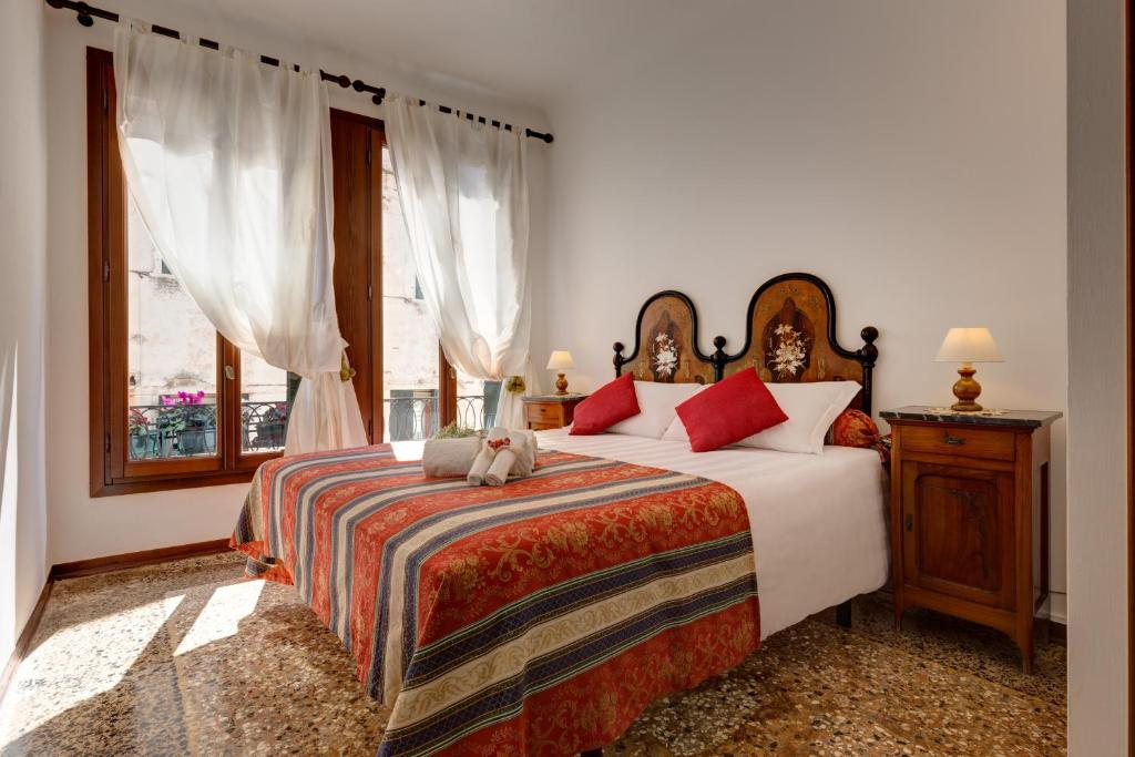 A bed or beds in a room at Hotel San Samuele