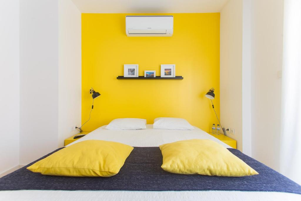A bed or beds in a room at Aveiro Rossio Lodge