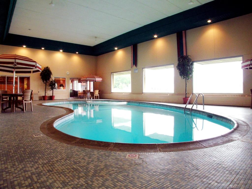 The swimming pool at or near Americas Best Value Inn and Suites St. Cloud
