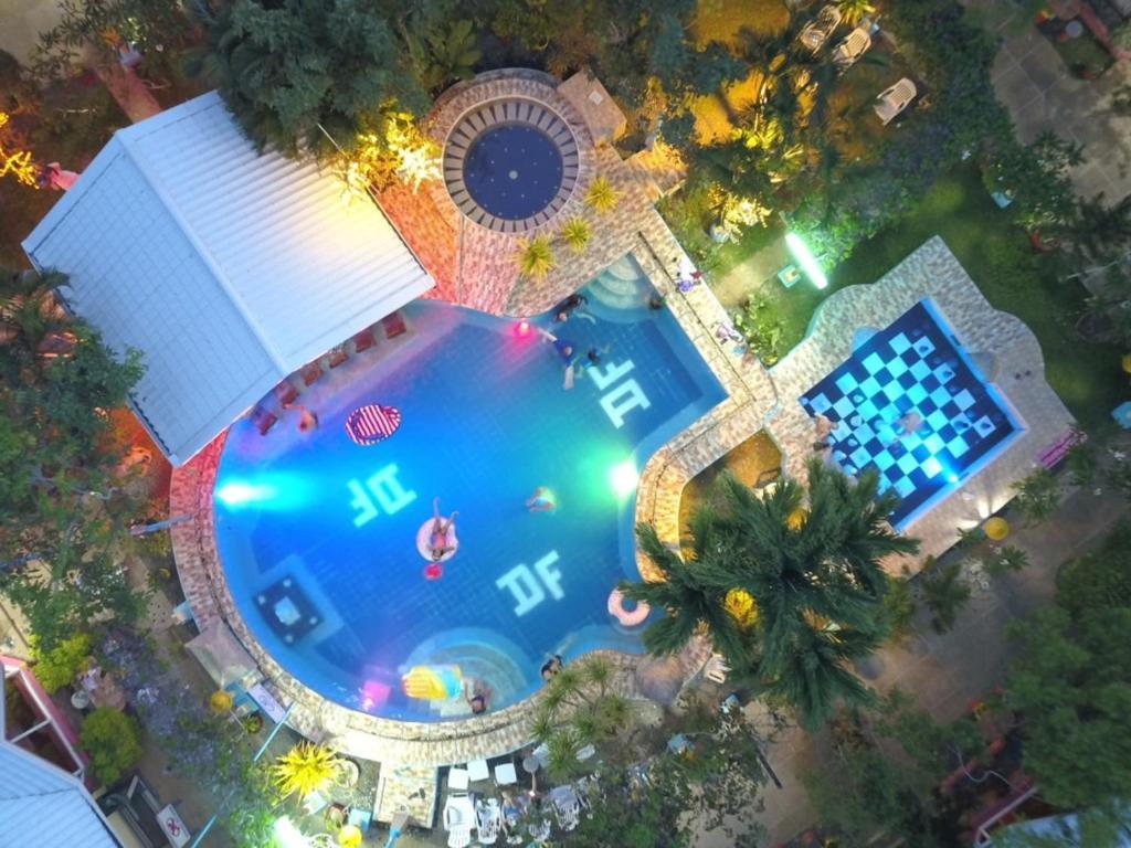منظر المسبح في فندق ديب فوريست غاردن او بالجوار
