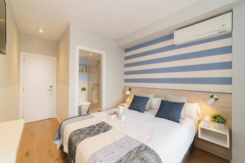 En eller flere senger på et rom på House by Pillow