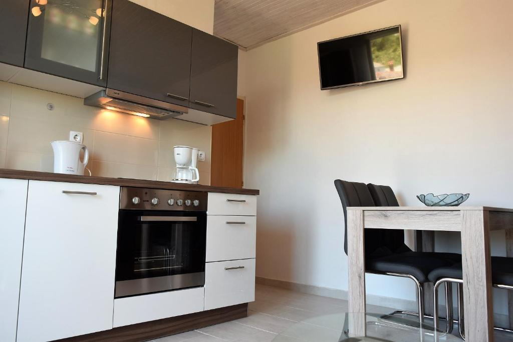 A kitchen or kitchenette at Apartment Ivan