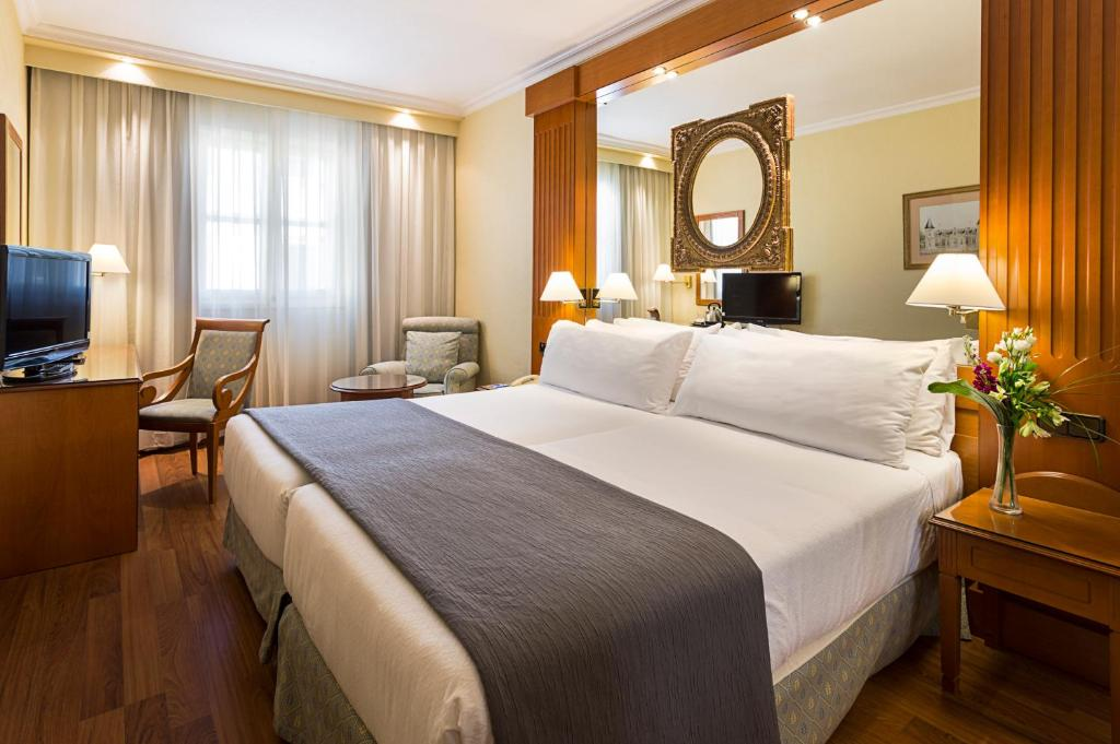 A bed or beds in a room at Exe Sevilla Macarena