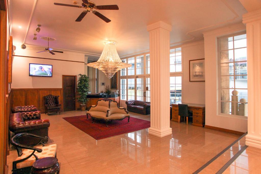Astor Metropole Hotel tesisinde bir oturma alanı