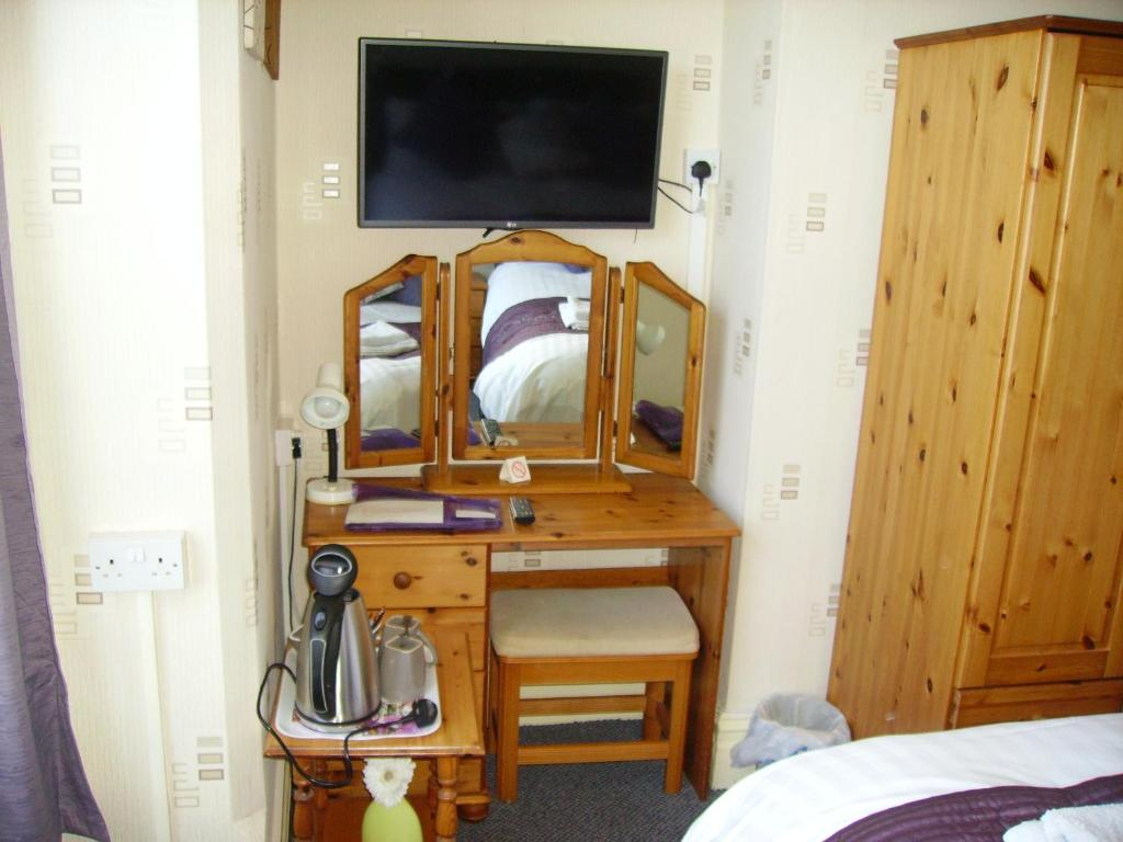 A television and/or entertainment centre at Beachlands Guest Accommodation