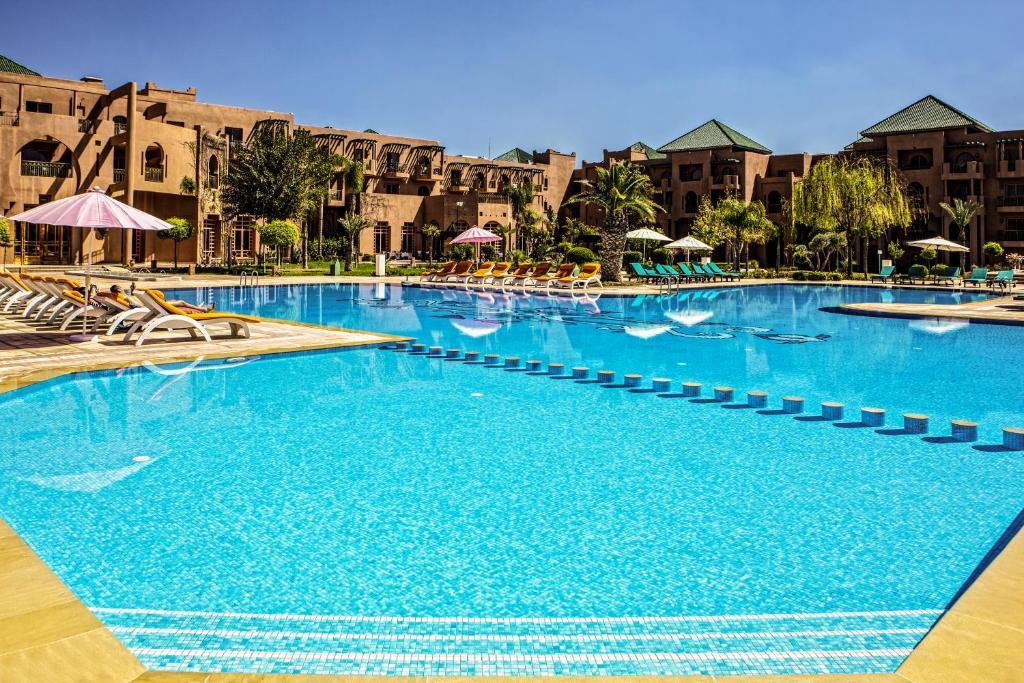 בריכת השחייה שנמצאת ב-Palm Plaza Hôtel & Spa או באזור