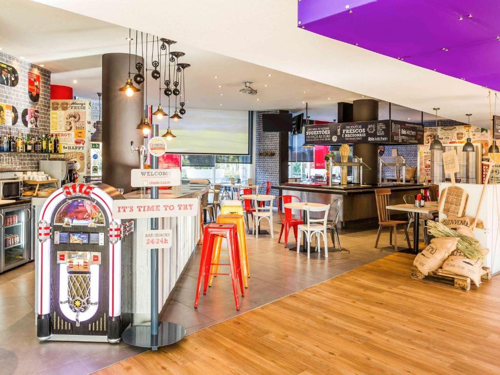 Um restaurante ou outro lugar para comer em Hotel ibis Lisboa Alfragide