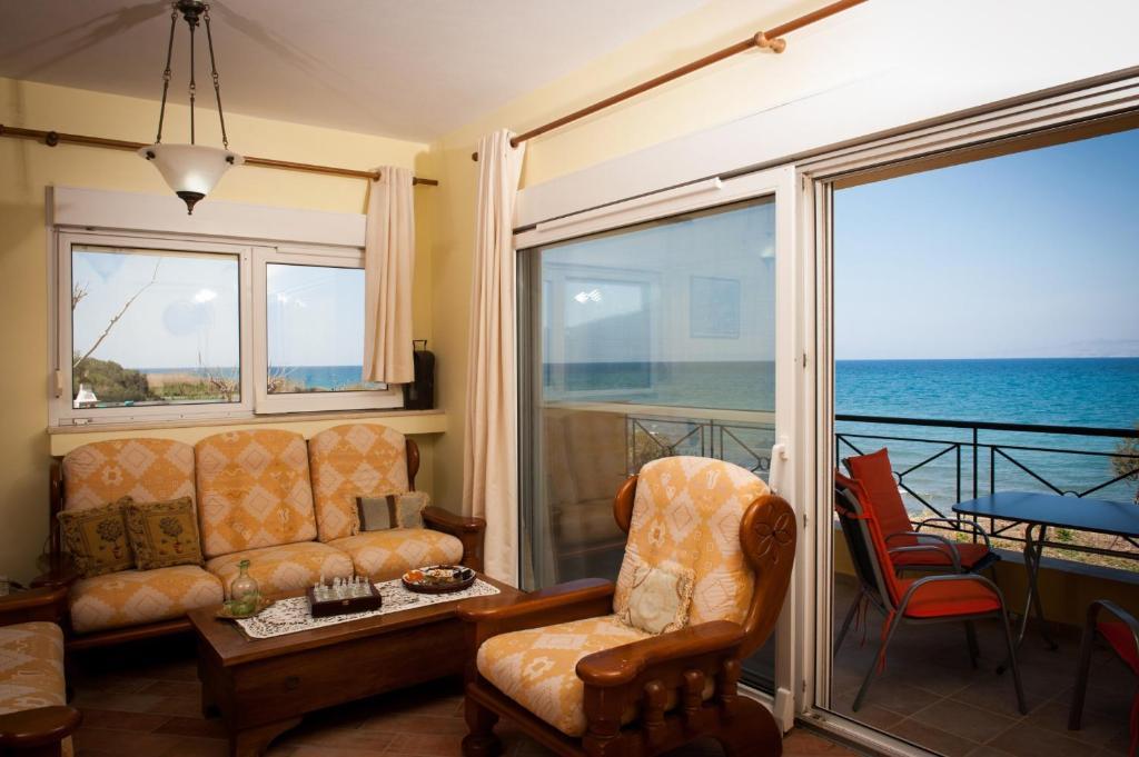 A seating area at Beach Villa Kalavarda
