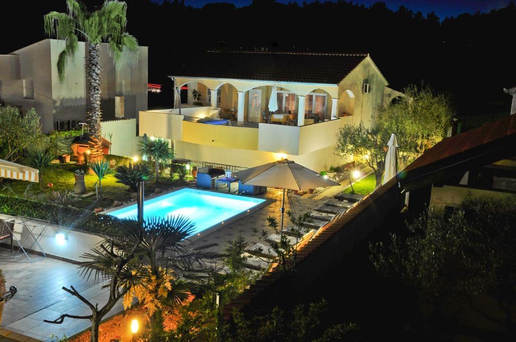 Uma vista da piscina em Villa Vanilla ou nos arredores