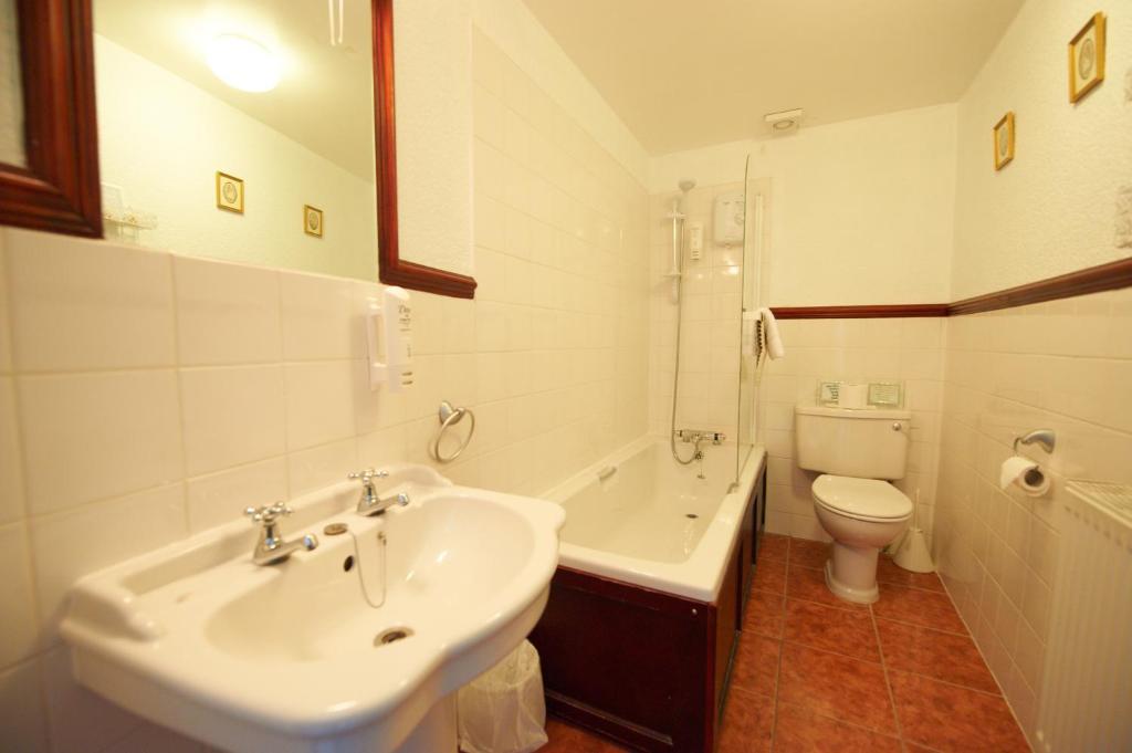 A bathroom at Buckley Arms