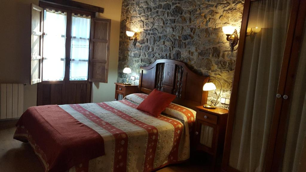 A bed or beds in a room at Hotel Rural Casa Cueto