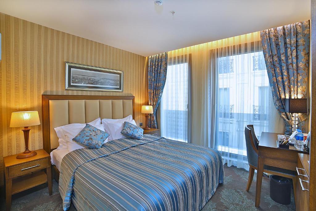Кровать или кровати в номере Adelmar Hotel Istanbul Sisli
