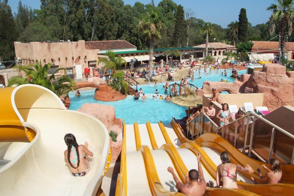 Vue sur la piscine de l'établissement Camping Les Palmiers ou sur une piscine à proximité