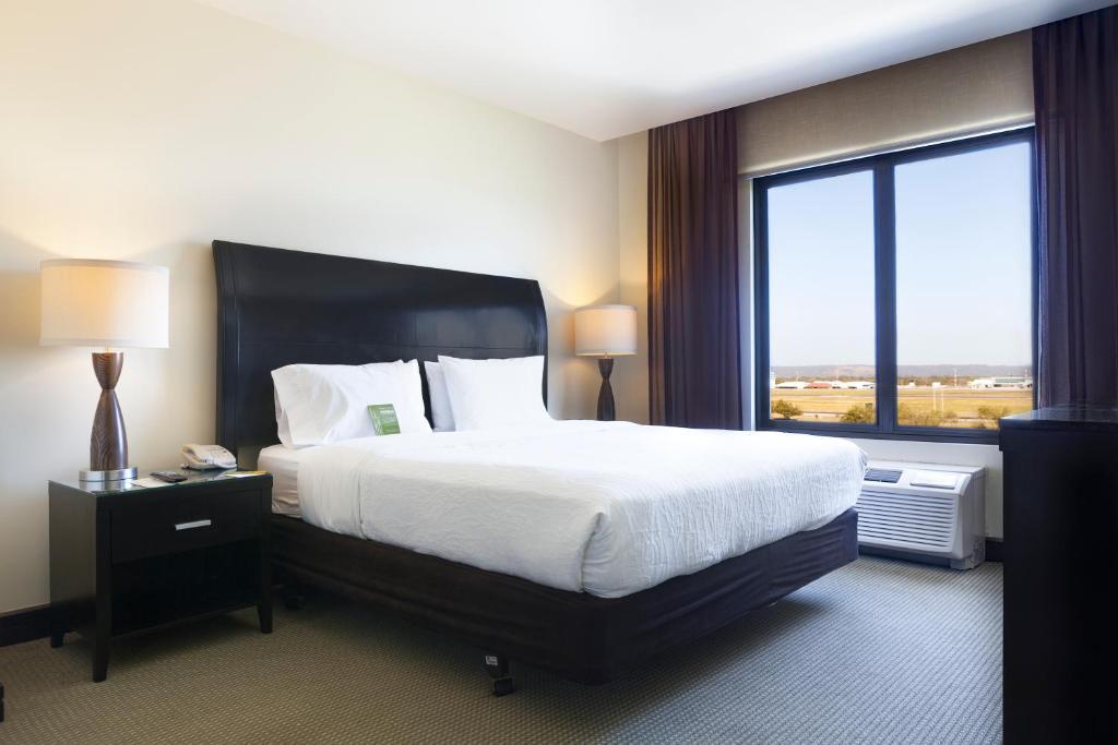 Ein Bett oder Betten in einem Zimmer der Unterkunft Hilton Garden Inn Liberia Airport