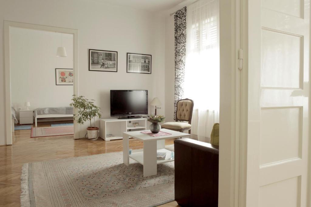 Televízia a/alebo spoločenská miestnosť v ubytovaní Cela Apartment