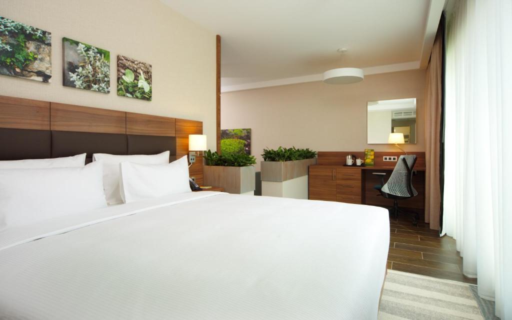 Кровать или кровати в номере Хилтон Гарден Инн Москва Красносельская